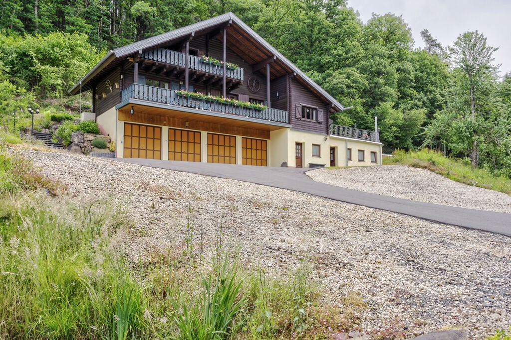 Knus houten privéchalet in de Eifel met een open haard - Boerderijvakanties.nl
