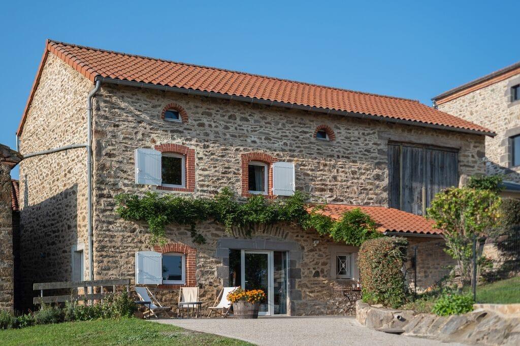 Rustiek vakantiehuis in de Auvergne met een tuin en terras - Boerderijvakanties.nl