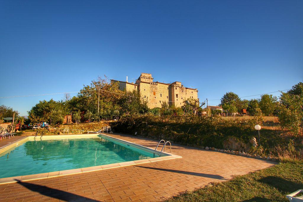 Gualdo-Cattaneo- Kasteel met zwembad   te huur