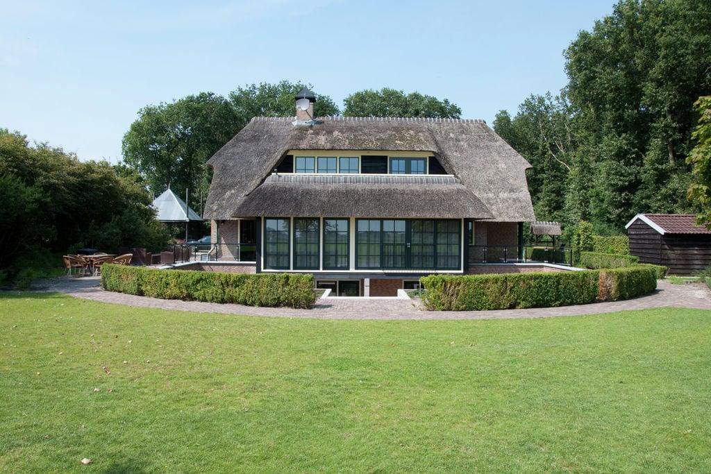 Ruim landhuis in Nijensleek met een grote binnenplaats - Boerderijvakanties.nl