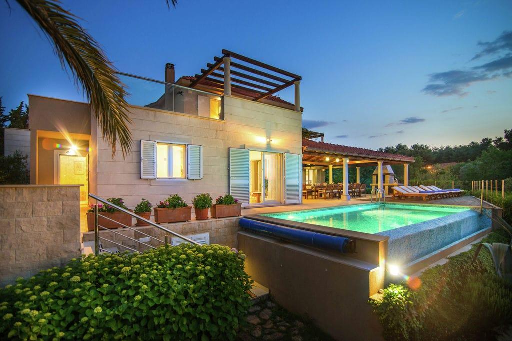 Prachtige villa op het eiland Brac met infinity pool, op 30 meter van het strand - Boerderijvakanties.nl