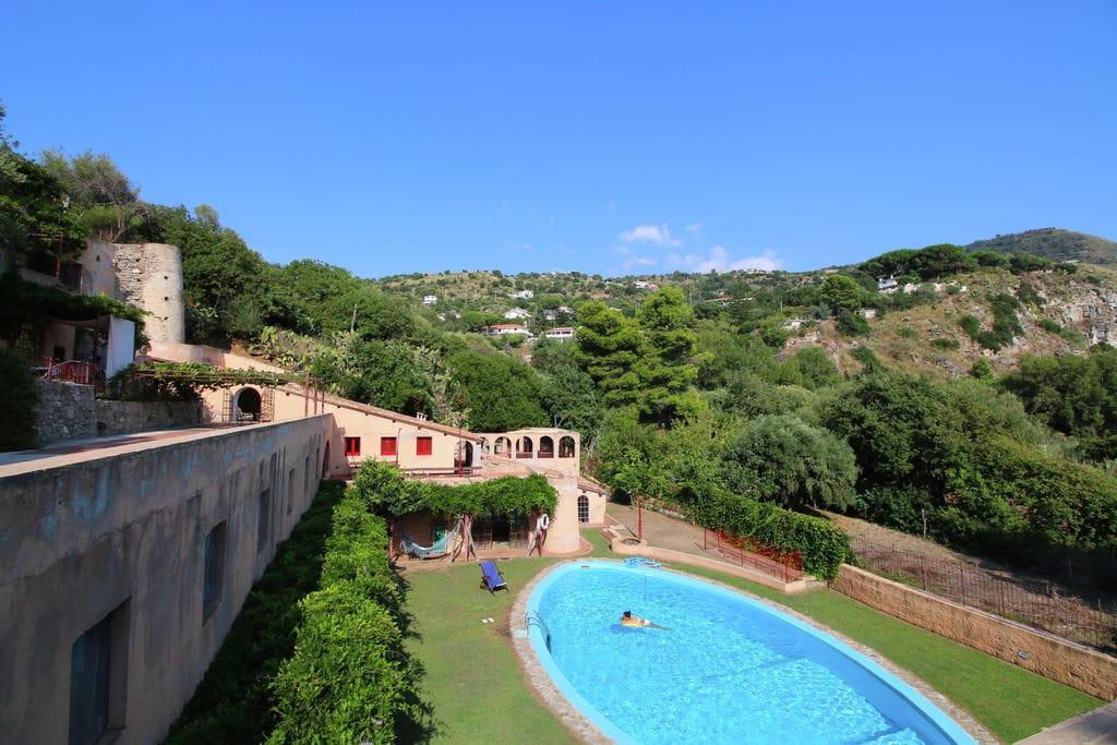 Ricadi- Appartement met zwembad  met wifi te huur