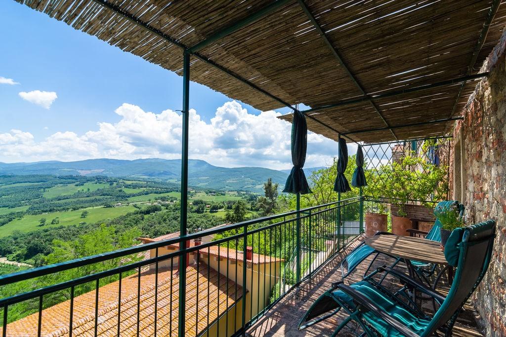 Appartement van Montecastelli-Pisano met balkon en uitzicht - Boerderijvakanties.nl