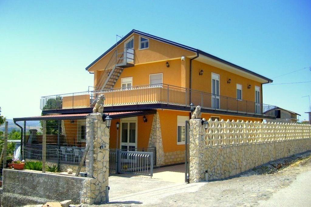 Appartement huren in Lentini -   met wifi  voor 4 personen  Leuke vakantiewoning tussen de Etn..