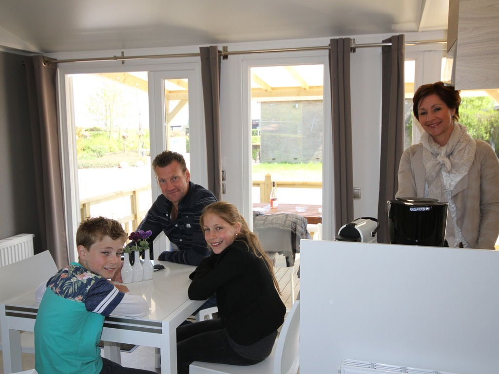 Ferienhaus Farbenfrohes Chalet mit Terrasse, nahe am See und Strand (2061530), Maurik, Rivierenland, Gelderland, Niederlande, Bild 4