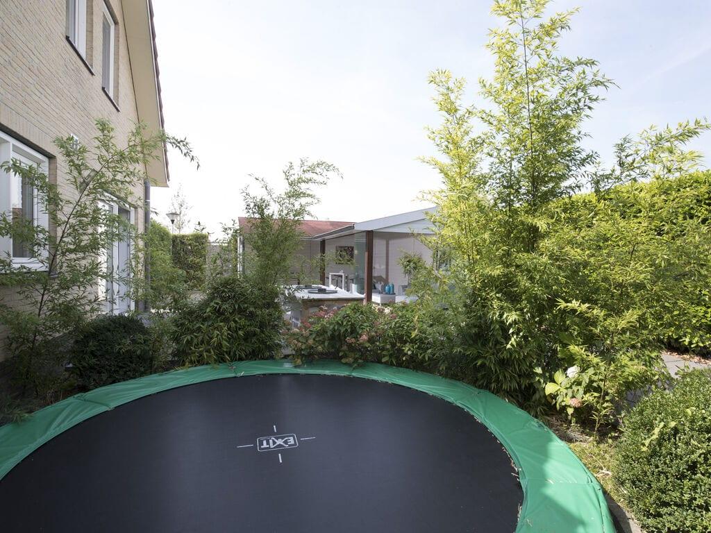Ferienhaus Luxuriöse Villa mit Außenküche und Aussicht auf einen Freizeitsee (2752950), Maurik, Rivierenland, Gelderland, Niederlande, Bild 20