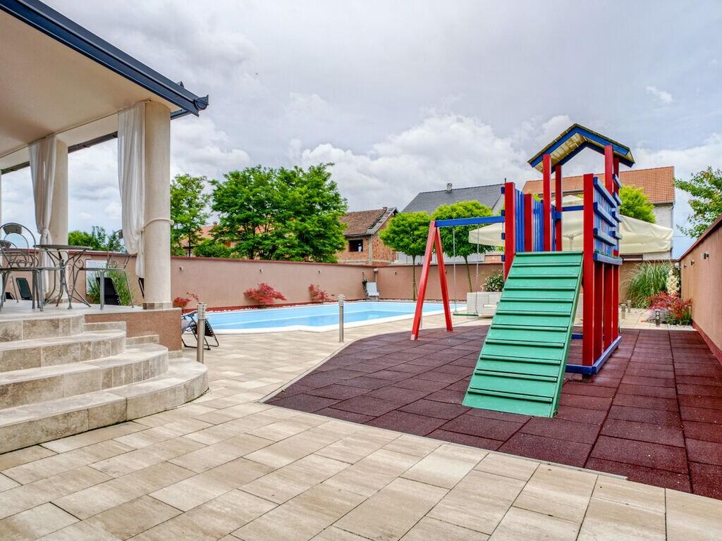 Ferienhaus Geräumiges Ferienhaus mit Swimmingpool in Vukovar (2809008), Vukovar, , Slawonien, Kroatien, Bild 2