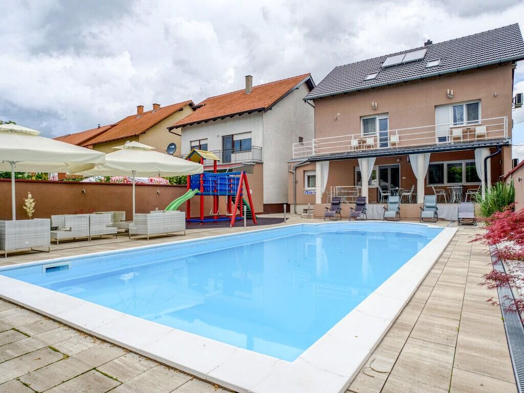 Geräumiges Ferienhaus mit Swimmingpool in Vuk Ferienhaus  Slawonien