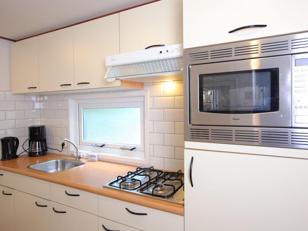 Ferienhaus Möbliertes Chalet mit Kombi-Mikrowelle in der Veluwe (321214), Epe, Veluwe, Gelderland, Niederlande, Bild 3