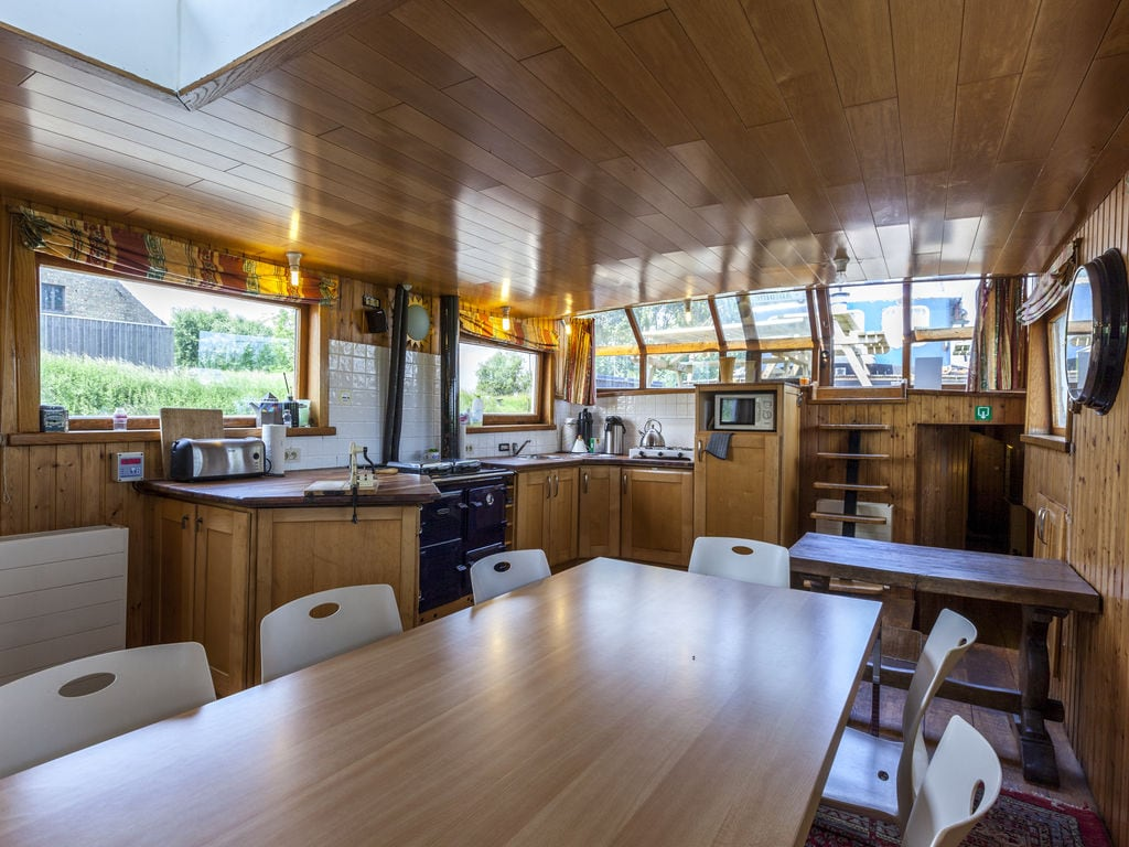 Schönes Boot mit Terrasse am See in Merkem Boot