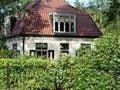 Charakteristisches Ferienhaus mit Garten umgeben von Wäldern