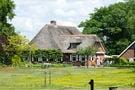 Gemütliches Bauernhaus mit dekorativem Kamin naturnah