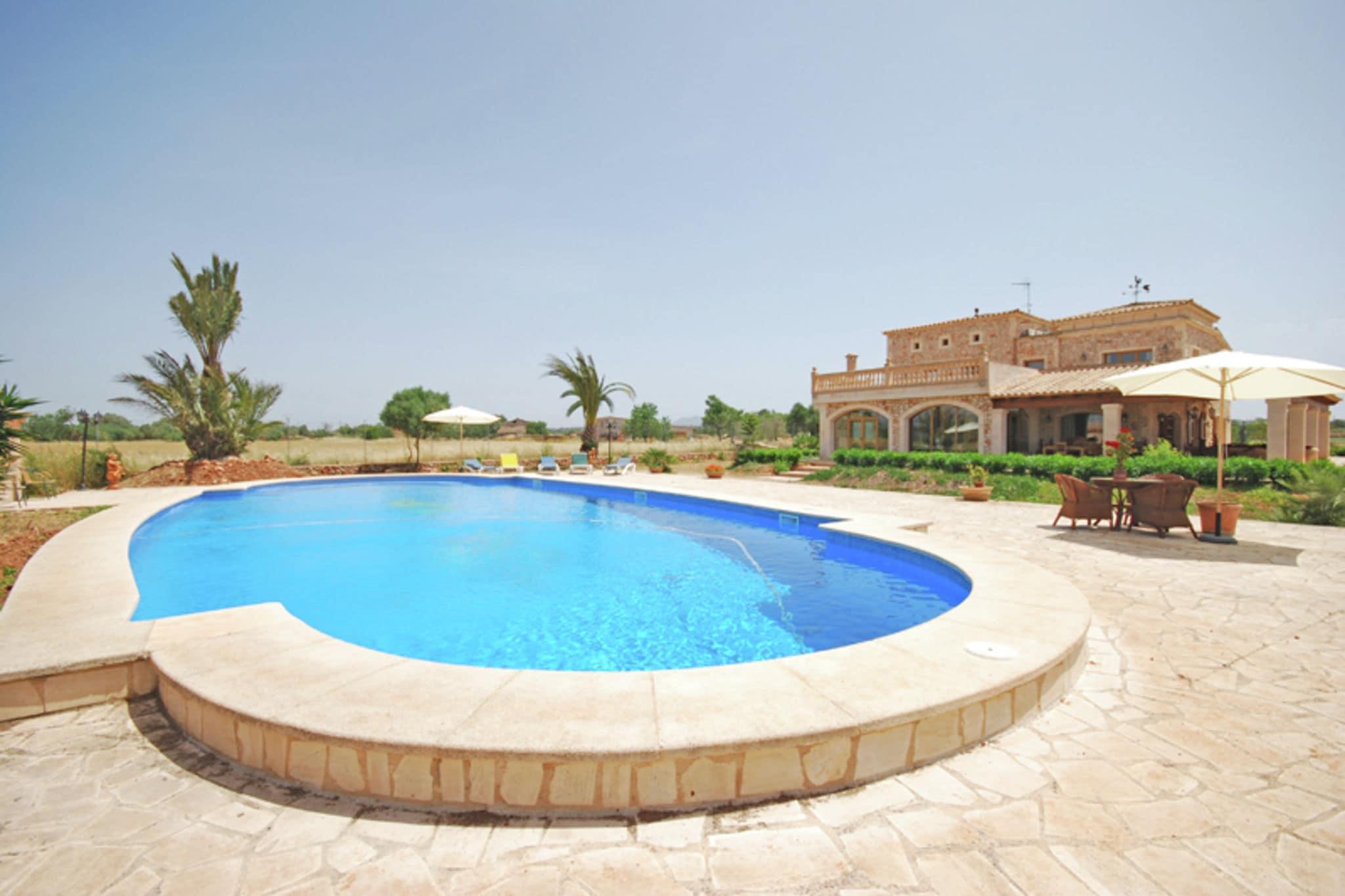 Ruim landhuis met prive zwembad met uitzicht op het platteland