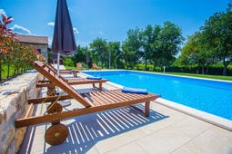 Guest House Jakici with Shared Pool \/ Apartment Jakici II with Garden View, on horse ranch