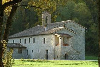 Appartement rasina ligt in een voormalige kerk uit het jaar 1006 op een enorm landgoed van 550 hectare grond ...