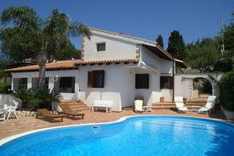 Deze schitterende villa met prachtig uitzicht op zee ligt in en rustige villawijk. de villa wordt omgeven ...
