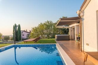 Modern Villa di Rovigno with Pool, Hot Tub and Sea View