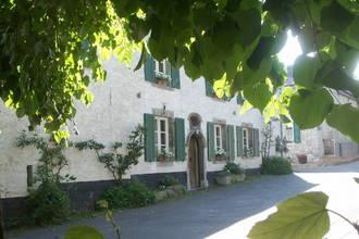 Dit charmante vakantiehuis in steen van de streek is gelegen in het hartje van het dorp waulsort. het huis ...