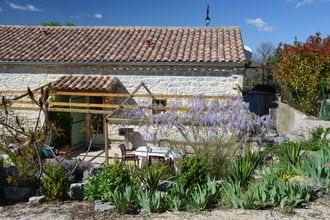 Combale is een vrijstaand vakantiehuis op een landgoed dat twee andere vakantiewoningen omsluit. het huis is ...