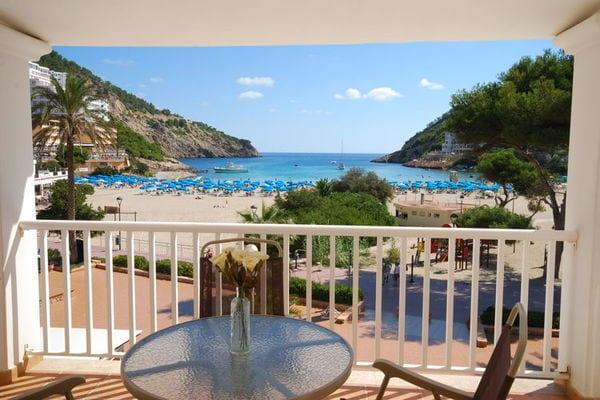 Santa Eulária des Riu:Apartamento con vistas al mar y la playa en la esquina de Ibiza