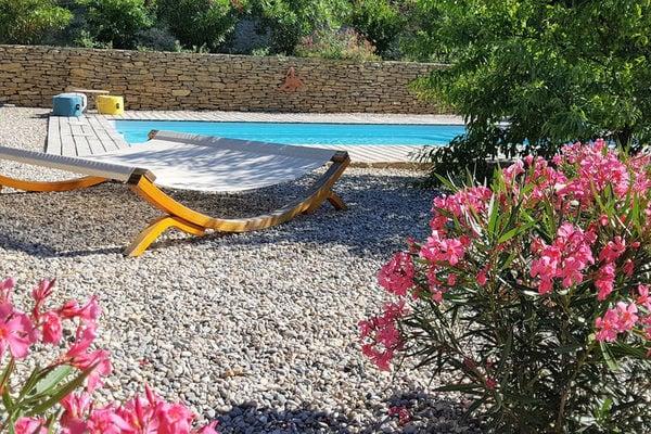 Ferienwohnungen/Ferienhäuser: 2 geschmackvoll eingerichtete Ferienhäuser mit privatem Pool und schönem Garten, 1 km von Faucon (max. 6 Personen)
