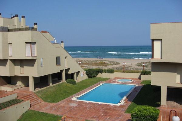 Ferienwohnungen/Ferienhäuser: Apartment im modernen Stil mit gemeinschaftlichem Schwimmbad, gelegen am Strand (max. 4 Personen)