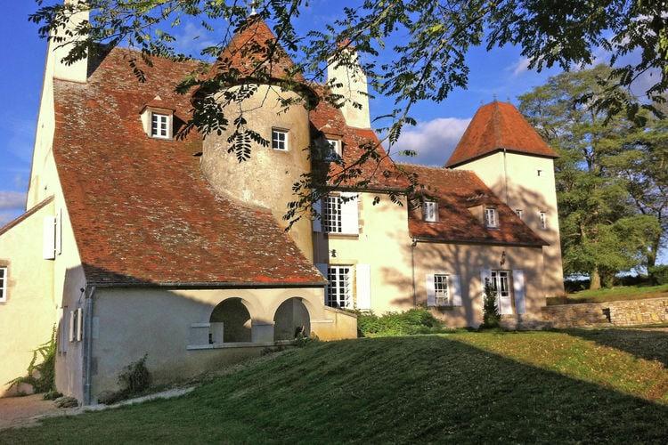 Auvergne Vakantiewoningen te huur Schitterend kasteeltje uit 1485 met zwemrivier, terras en adembenemend uitzicht