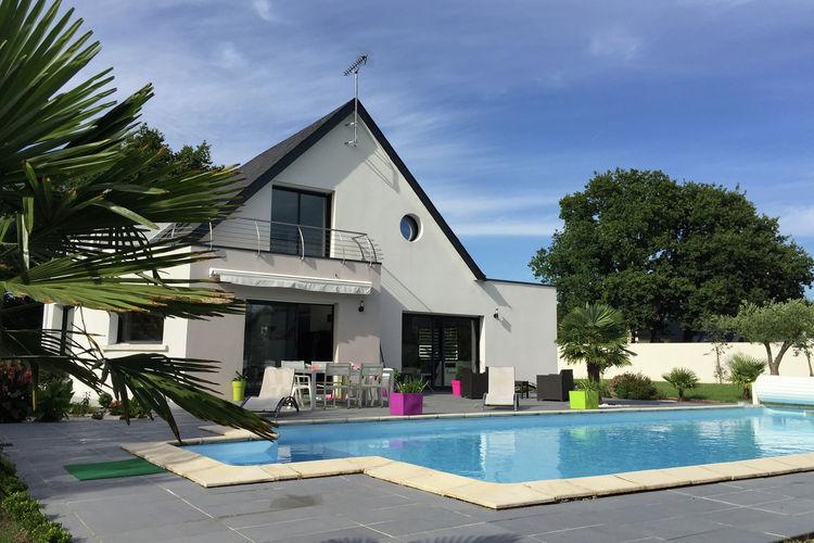 Moderne villa met verwarmd privé zwembad, gelegen op 2 km van het zandstrand.