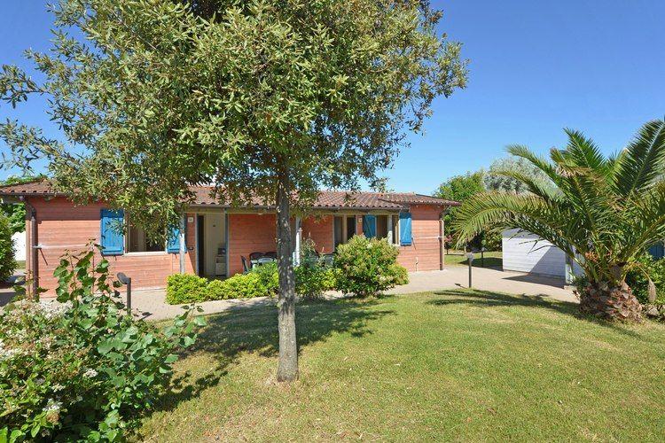 Verzorgd ingerichte bungalow met airco, gelegen op vakantiepark met faciliteiten, direct aan zee