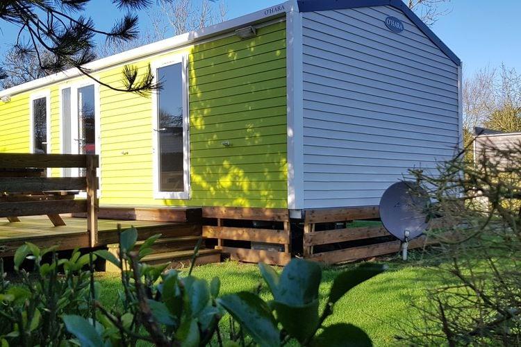 Comfortabele stacaravan met twee slaapkamers en een houten veranda