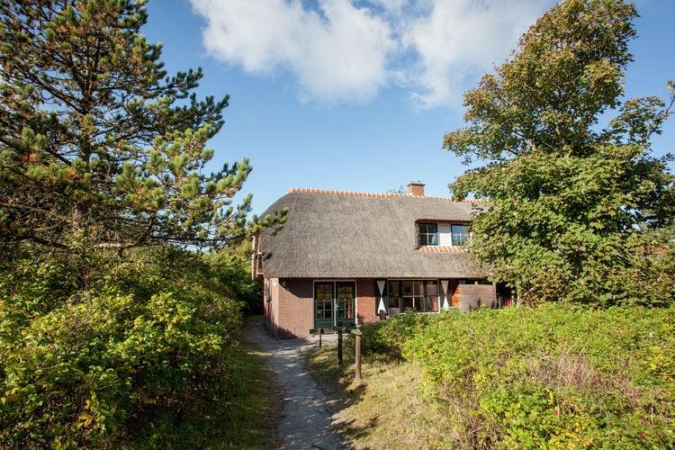 Vakantiewoning  met wifi  Vlieland  Rietgedekt vakantiehuis aan de bosrand en dicht bij het strand.