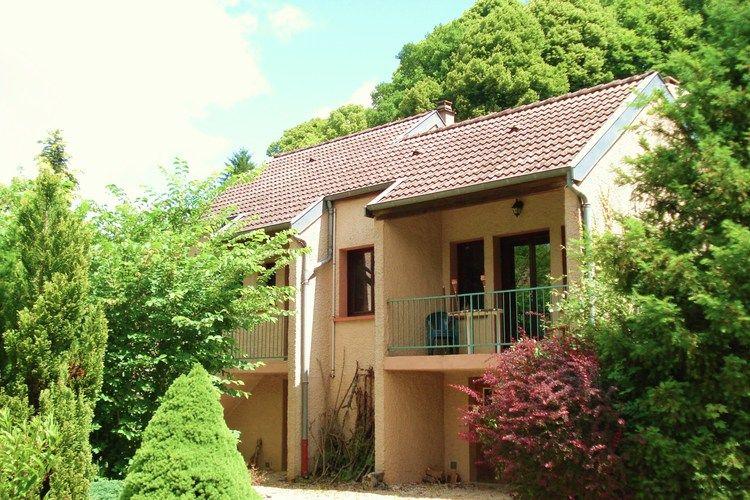 Vrijstaand vakantiehuis met prachtige tuin en buitenhaard