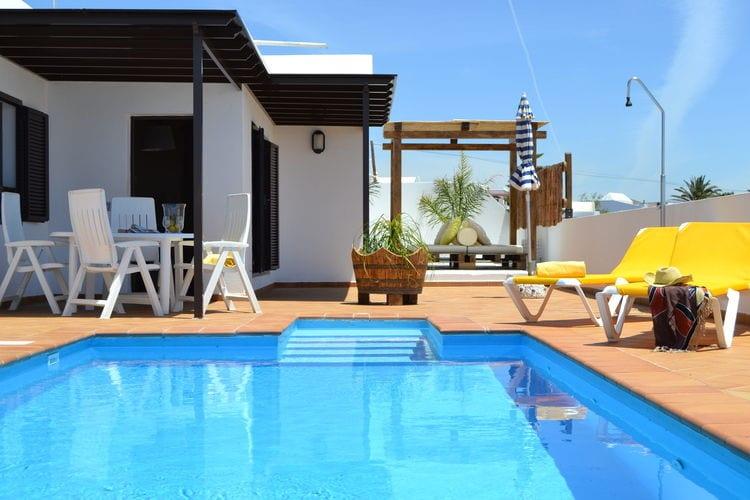 Villa chill-out met lounge-area en privé-zwembad op een villaparkje op Lanzarote