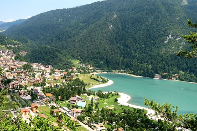 Met een panoramisch uitzicht op het meer Molveno