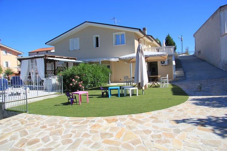 Abruzzo Villas te huur Villa met zoutwater en verwarmd zwembad en jacuzzi dichtbij zee, mooie omgeving
