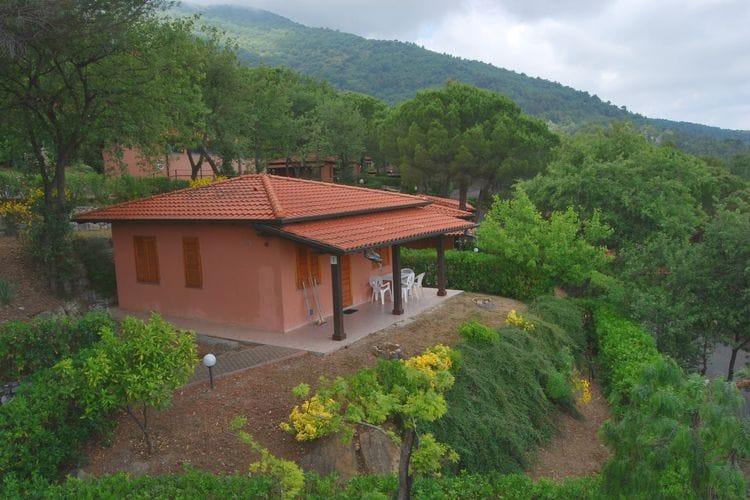 Bungalow gelegen op natuurrijk park met diverse faciliteiten, waaronder een openlucht zwembad