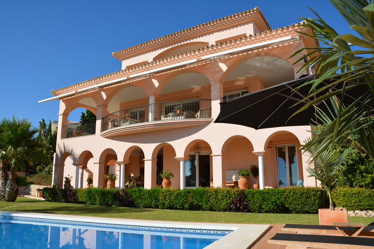 Costa del Sol Villas te huur Luxe villa dichtbij het strand met verwarmd zwembad, hot tub, en privacy