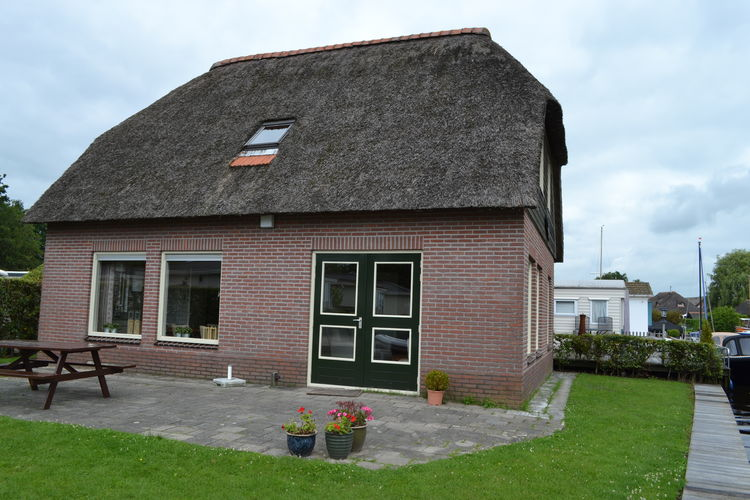 Vrijstaande, rietgedekte, villa aan het water op Waterpark Belterwiede