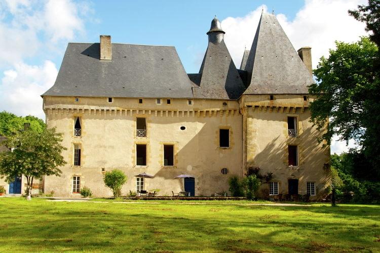 Kasteel met zwembad met wifi  Chalais  Gîte du Château