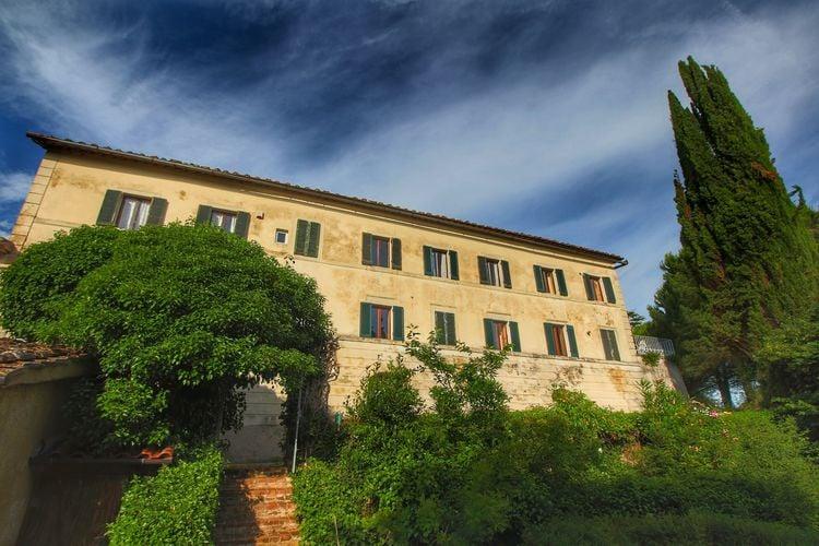 Boerderij-appartement omringd door cipressen en olijfbomen met panoramisch zicht