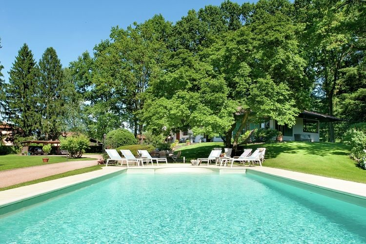 Vrijstaande  Villa met zwembad,in volledig omheind en exclusief prive park