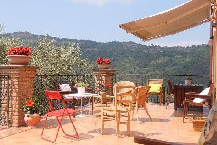 Vakantiewoning met zwembad met wifi  Sessa Cilento  Huis in de Cilento met zwembad en uitzicht op de heuvels vanaf het grote terras.