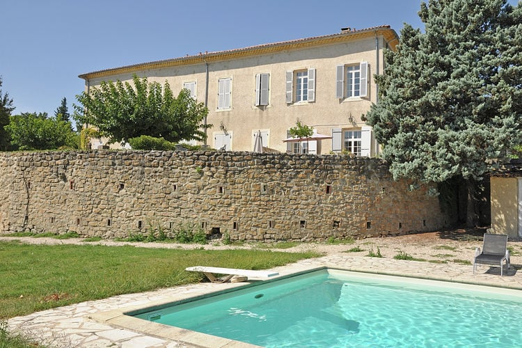 Kasteel met zwembad met wifi  Jonquières  Airconditioned vakantiewoning in kasteel met groot gemeenschappelijk zwembad op loopafstand bakker