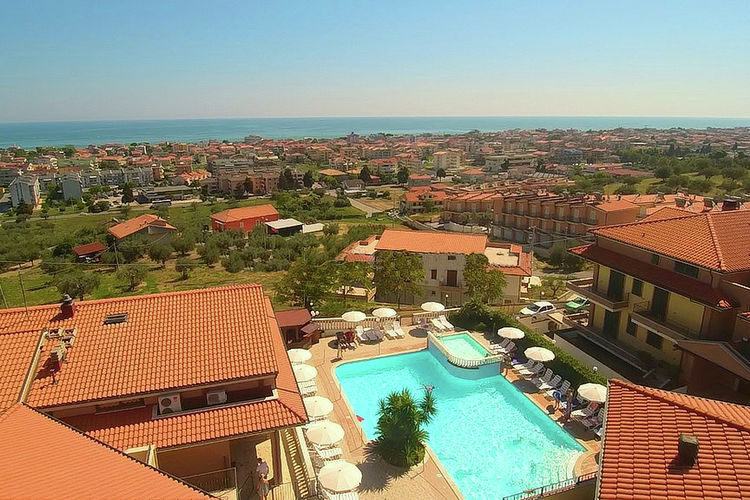 Appartement met uitzicht op zee en een ruim terras.