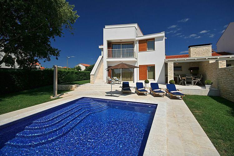 Vabriga Vakantiewoningen te huur Moderne vakantievilla met privé zwembad en buitenkeuken op 1 km van het strand