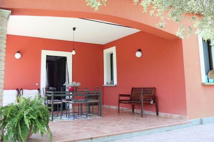 Vakantiewoning met zwembad met wifi  Sessa Cilento  Huis met privézwembad en vanaf het terras een heerlijk uitzicht op de heuvels