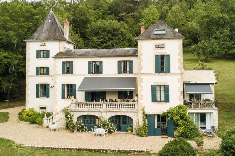 Elegant chateau met gîte en verwarmd privézwembad in het hart van de Dordogne