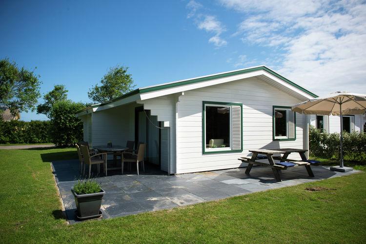 Bungalow met zwembad met wifi  Hollum  Gelijkvloerse houten bungalow op park met vele faciliteiten niet ver van strand