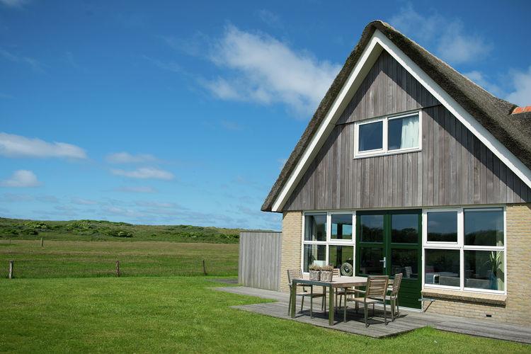 Hollum Vakantiewoningen te huur Rietgedekte villa op kleinschalig parkje op slechts 100 m. van duin en strand