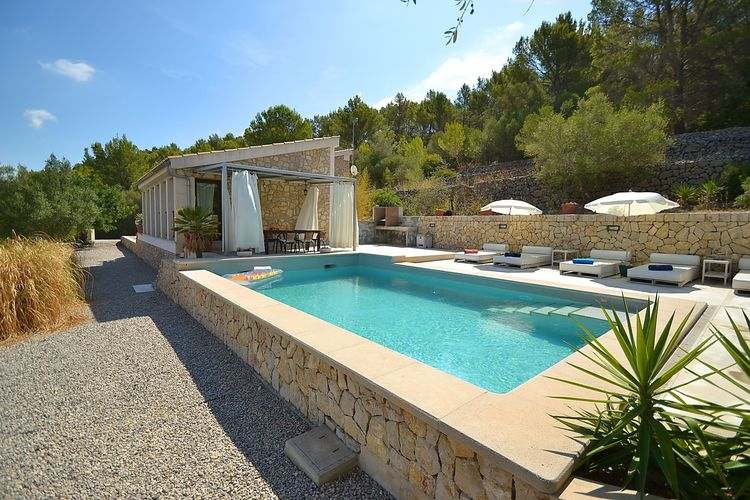 Modern ingericht vakantiehuis met privézwembad en uitzicht over de bergen